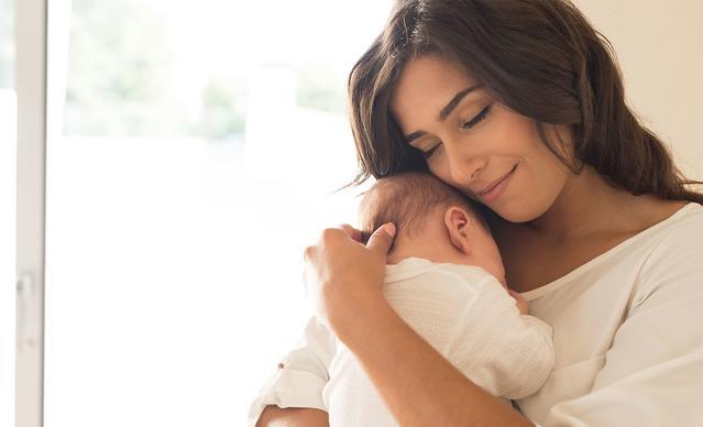 mama cargando bebe
