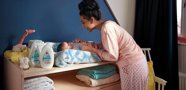 mama jugando con bebé