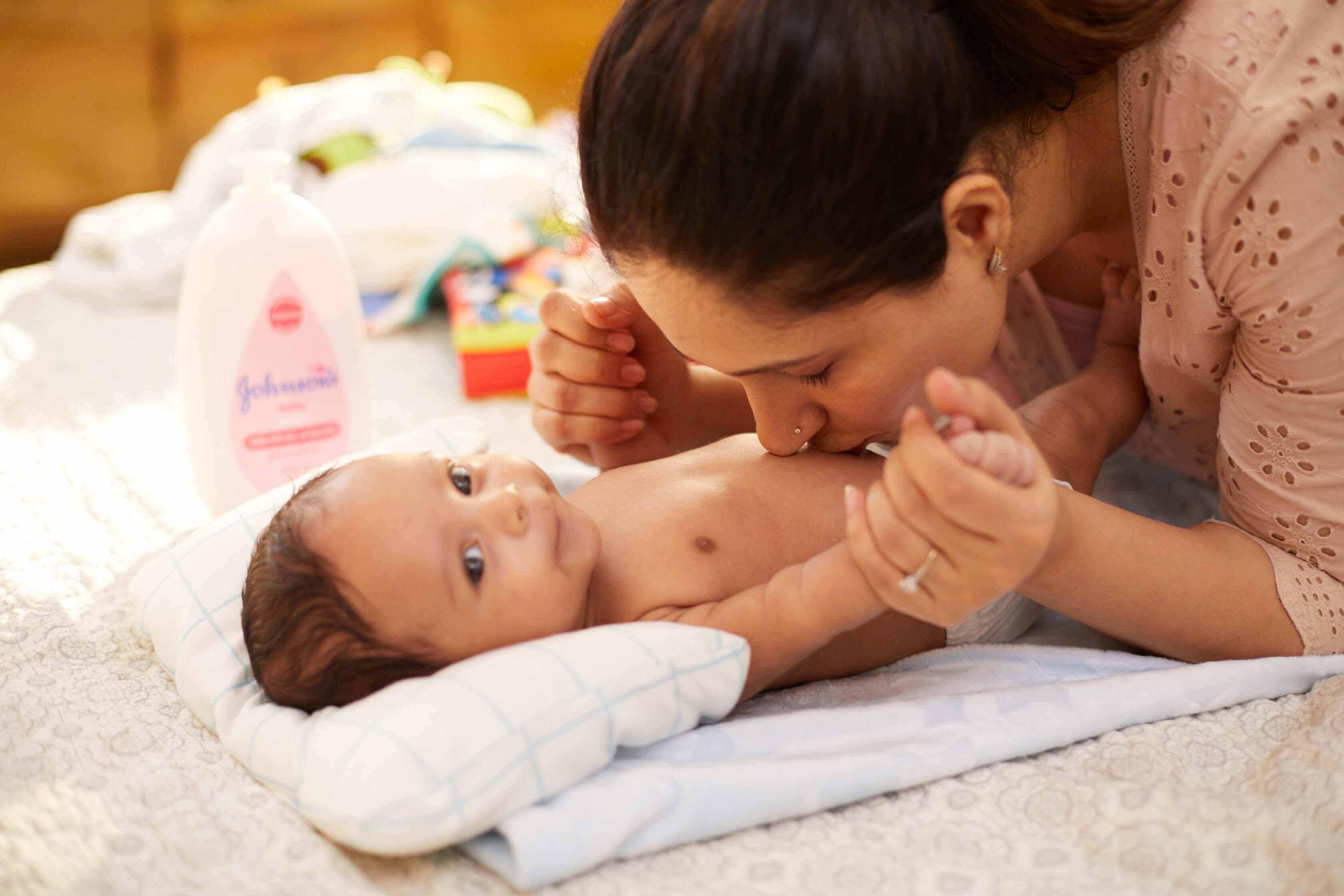 Madre besando el bebé